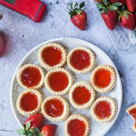 These delicious little tarts have been created using homemade strawberry vanilla jam plus they're vegan! 🍓 Perfect for a Wimbledon garden party! Check out @wallflowerkitchen for the recipe and temperatures for jam making! . . . . . . #homemadejam #smallbatchjam #strawberryjam #jamtarts #strawberrytart #foodbloggers #homebaking #preserves #madeinbritain🇬🇧 #temperature #thermometer #nomnom #veganrecipes #plantbased #veganfood #vegancommunity #vegansofig #ukvegans #dairyfree #vegetarian #foodie #veganbaking #wimbledon #gardenparty