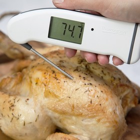We cooked four chickens from four different supermarkets all in the name of a good roast dinner! Does what the supermarkets recommend achieve the best results? An interesting read in the battle of time vs temperature... https://thermapenblog.com/the-cooking-battle-of-time-vs-temperature/ . . . . . #foodsafety #foodpoisoning #salmonella #rawchicken #cookedchicken #thermapen #temperature #thermometer #roastdinner #roastchicken #roastchickendinner #eatwelllivewell #foodbloggers #madeinbritian #eeeeeats #catering #foodhygiene