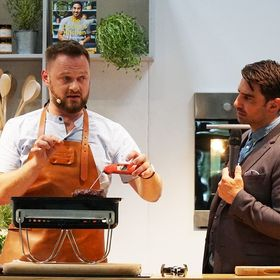 #ThrowbackThursday to last week when @rholdenbbq was cooking up a delicious flat iron steak in the Summer Kitchen with @chris.bavin at @bbcgoodfoodshow 😋🔥Recipe blog link in bio ⬆️ . . . . . . #gfss19 #bbcgoodfoodshow #thermapen #thermometer #temperature #bbq #bbqlover #bbqsteak #steak #steaklover #summer #birmingham #birminghamnec #exhibition #bbqbrave #chrisbavin #rholdenbbq #photooftheday #summer #teamthermapen